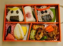 Cucina giapponese - vassoio di bento sulla tavola immagini stock libere da diritti