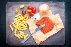 Cucina gli ingredienti del ` per pasta con la salsiccia piccante di nduja con tomat immagine stock libera da diritti