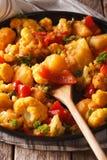 Cucina indiana: Primo piano di Gobi Aloo su un piatto verticale Fotografia Stock
