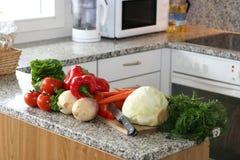 Cucina installata con le verdure Fotografia Stock