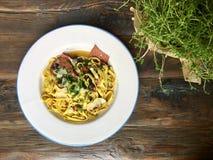 Cucina italiana Pasta con olio d'oliva, aglio, basilico, formaggio e Fotografia Stock Libera da Diritti
