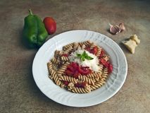 Cucina italiana - pasta dell'orzo con peperone dolce e salsa al pomodoro immagini stock libere da diritti
