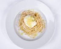 Cucina italiana, uova affogate, spaghetti, pasta Immagine Stock