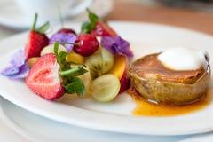Cucina locale moderna, regione del capo, Sudafrica Frutta calda e fredda della prima colazione Immagine Stock
