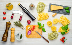 Cucina Mediterranea con le tagliatelle, il parmigiano ed i condimenti Fotografia Stock