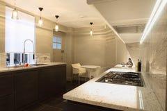 Cucina misura alla moda con le contro parti superiori di marmo Immagine Stock