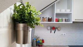Cucina moderna bianca con i vasi d'acciaio fotografia stock