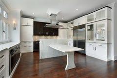 Cucina moderna con cabinetry bianco fotografia stock libera da diritti