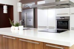 Cucina moderna con il prodotti per la casa Immagini Stock