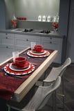 Cucina moderna con la tabella di prima colazione. Fotografie Stock Libere da Diritti