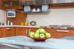 Cucina moderna con la tabella e le presidenze Immagini Stock Libere da Diritti