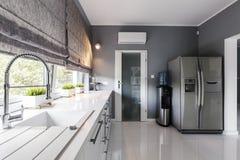 Cucina moderna con le grandi finestre fotografia stock libera da diritti