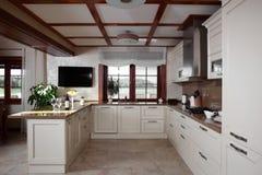 Cucina moderna con mobilia alla moda fotografie stock