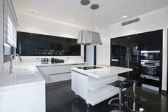 Cucina moderna luminosa Immagine Stock