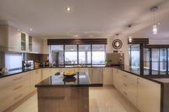 Cucina moderna lussuosa della cambusa di Aperto-Piano Fotografia Stock