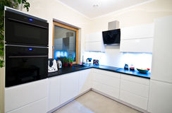 Cucina moderna nel bianco Fotografie Stock