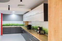 Cucina moderna nell'edificio per uffici Fotografie Stock Libere da Diritti
