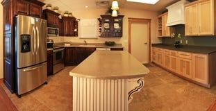 Cucina moderna spaziosa Fotografie Stock