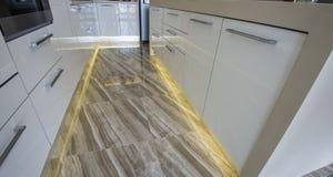 Cucina moderna in un appartamento di lusso Fotografia Stock Libera da Diritti