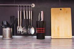 Cucina nera con gli utensili della cucina immagini stock libere da diritti
