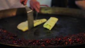 Cucina orientale Pasto saporito ma non sano di preparazione maschio del cuoco, alimento della via archivi video