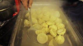 Cucina orientale Venditore del alimento-fest della via che prende khinkali saporito ed appetitoso stock footage