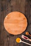 Cucina professionale con le spezie per il cuoco sul modello di legno di vista superiore del fondo Immagine Stock Libera da Diritti
