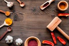 Cucina professionale con le spezie per il cuoco sul modello di legno di vista superiore del fondo Immagine Stock