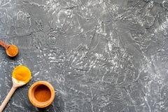 Cucina professionale con le spezie per il cuoco sul modello grigio di vista superiore del fondo Fotografie Stock