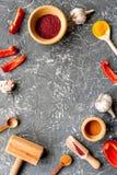Cucina professionale con le spezie per il cuoco sul modello grigio di vista superiore del fondo Fotografie Stock Libere da Diritti
