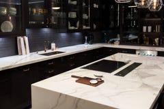 Cucina superiore di marmo di lusso Fotografie Stock Libere da Diritti