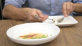 Cucina tailandese - riso, omelette, verdure con carne di maiale un uomo mangia l'alimento tailandese in un ristorante 4k, movimen video d archivio
