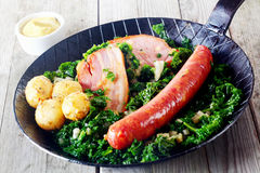 Cucina tedesca gastronomica sulla pentola con senape dal lato Fotografie Stock Libere da Diritti
