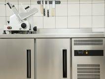 Cucina vuota del ristorante con attrezzatura professionale un la m. tagliente Fotografia Stock Libera da Diritti
