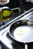 Cucinando alla cucina Immagini Stock