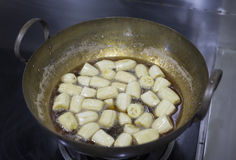 Cucinando banana allo sciroppo Fotografie Stock Libere da Diritti