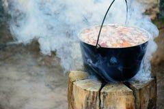 Cucinando in calderone sulla candela finlandese fotografie stock