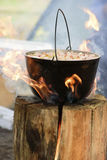 Cucinando in calderone sulla candela finlandese fotografia stock