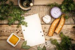 Cucinando con gli ingredienti e la salsiccia Fotografia Stock