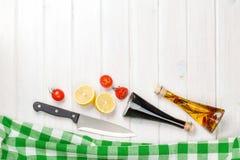 Cucinando con i pomodori, i limoni ed i condimenti Fotografia Stock