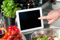 Cucinando con il ridurre in pani immagini stock