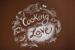 Cucinando con l'amore, iscrizione in gesso su una parete marrone, disegno della cucina, cucina immagini stock