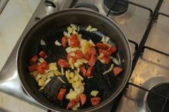 Cucinando con le salsiccie Fotografia Stock