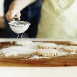 Cucinando cuocere dei biscotti dei bambini cuocia il concetto immagine stock libera da diritti