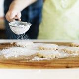 Cucinando cuocere dei biscotti dei bambini cuocia il concetto fotografie stock libere da diritti