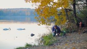 Cucinando dal lago stock footage