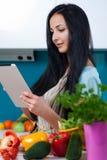 Cucinando e cercare le ricette online Immagine Stock Libera da Diritti