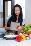 Cucinando e cercare le ricette online Fotografia Stock Libera da Diritti