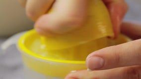 Cucinando e filtrando il succo di limone video d archivio