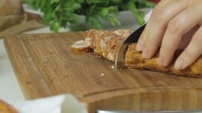 Cucinando e tagliando salsiccia stock footage